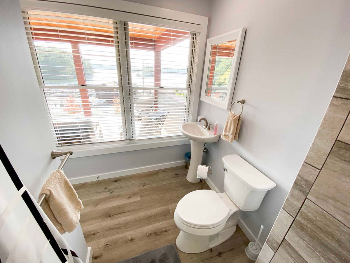 Full bathroom with big windows